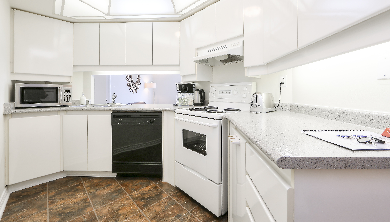 Canada Suites on Bay - 2 Bedroom 2 Bathroom Presidential Suite - Kitchen