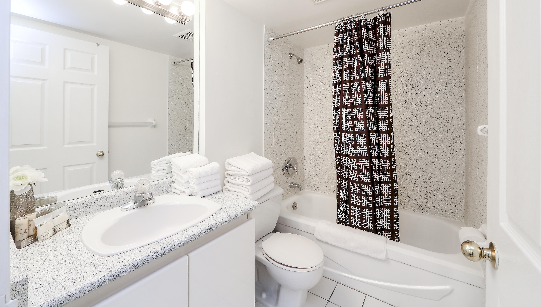 Canada Suites 1 Bedroom Executive Suite - The Bathroom
